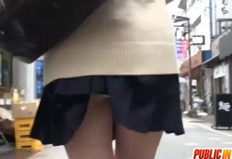 スカートが捲れてパンチラ状態のまま書店に入った女子校生がリーマンに犯される