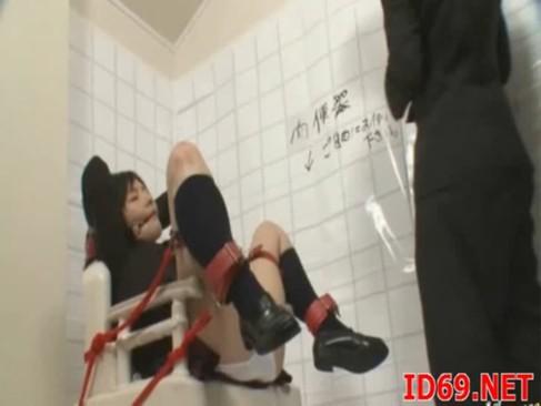 これが本当の肉便器!便器に縛りつけられた女子校生が不特定多数の男たちから中出しされる