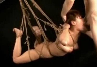 【閲覧注意】宙吊りにした女が嘔吐するまでイラマチオ