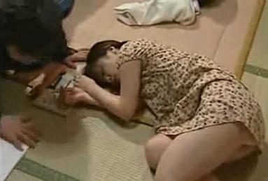 畳の部屋で宿題しながら寝てしまったロリっ子をレイプする父親