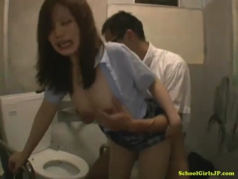虚ろな目をした女子校生がトイレの中でただただオッサンに犯されてる動画
