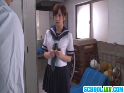 盗撮がバレたから犯すしかねぇ!更衣室でメガネ男が女子校生をレイプ!