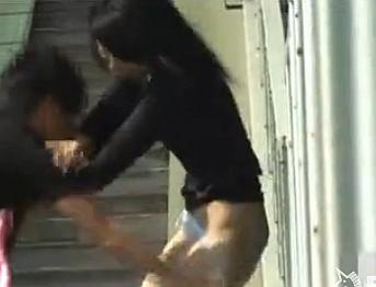 【イタズラ】スカートどころかパンツまで下ろされてしまった女