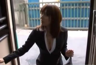 胸元パックリな巨乳ミニスカOLがバスに乗り込んできたから痴漢するしかねぇ!