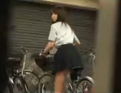 自転車のサドルに媚薬を塗ったら自転車置き場で女子校生がオナニーを始めたので犯してやった
