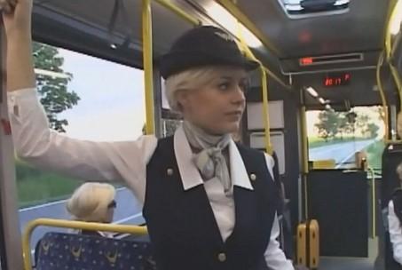 空港バスで綺麗な爆乳パツキンCAに痴漢して手コキさせたった