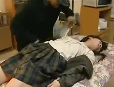 強盗からクスリで眠らされて全裸にひん剥かれてレイプされる女の子