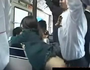 バスの中で彼氏の横にいる女子校生を痴漢してレイプ!