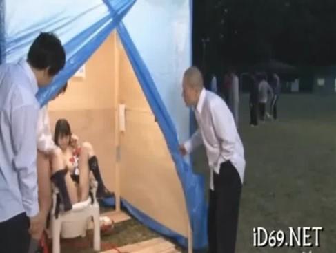 公園に涙を流す女子校生型の『肉便器』を設置してみたwwww