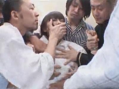 可愛くて巨乳な看護師をエレベータの中で中出し輪姦レイプする患者たち