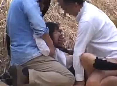 輪姦されてる女子校生!犯されて放置された後はオッサンが優しくして結局犯す!