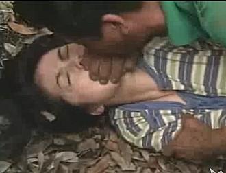 田舎道でレイプ魔からスタンガンを当てられて中出しレイプされた挙句に首を絞められる女