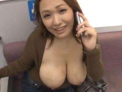 電車内で電話するマナー違反の爆乳女のおっぱいをヤる!