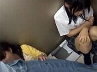 エレベーター内で女子校生をレ●プ!他のパイパン娘もレ●プし女子校生に見せちゃう…!