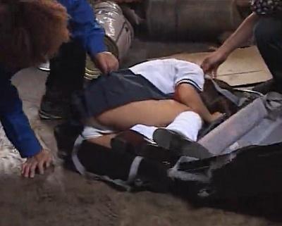 女子校生をスーツケースに入れて拉致してきたから口ま○こを犯しまくるイラマチオ