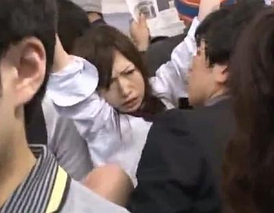 満員電車で悲しそうな顔で犯されまくっている女子校生wwww