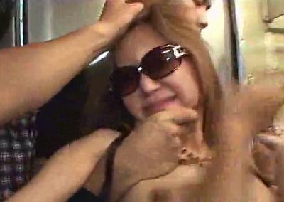 ケツと巨乳がエロいサングラスギャルを電車で囲んで痴漢からの中出しレイプ