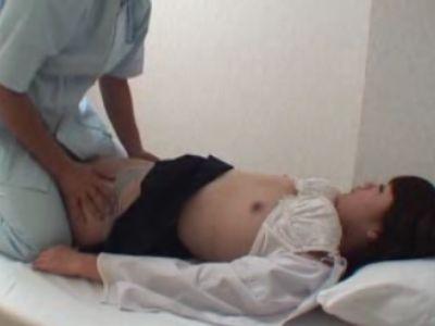 保健室で寝ている女子校生を静かに昏睡レイプ