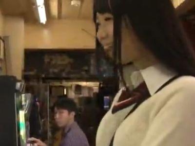 ゲームセンターに入ってきた女子校生を襲ってレイプ!