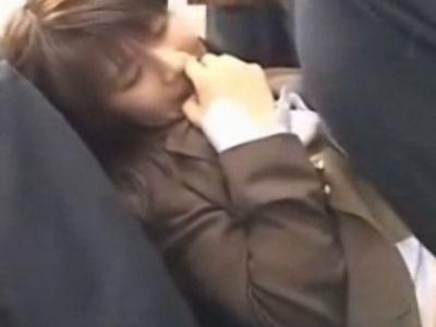 満員電車で中出し痴漢レイプされたショックで大量失禁してしまう女子校生