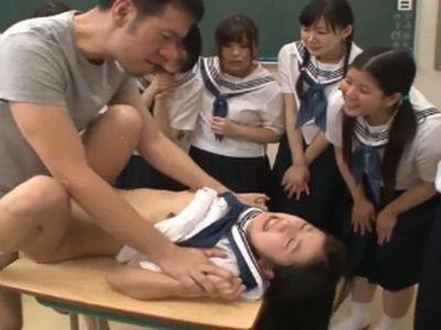 クラスメイト達が見てる前で陵辱レイプされてしまった清楚系女子校生