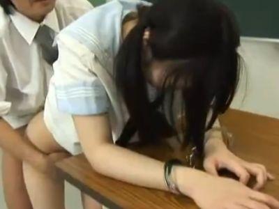 【無修正】パイパンJKを教室で美味しく頂く教師