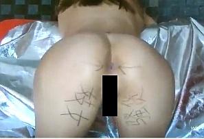 【無修正・アナルレイプ】拉致った女の身体に落書きをしてアナルを犯す