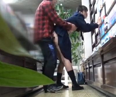 書店でエロ本に夢中になっている女子校生を次々とレイプして中出し三昧wwwww