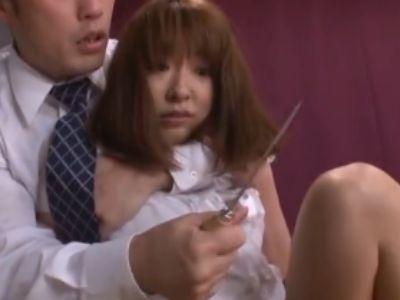 欲求不満な美人妻がモデル撮影中に凶器を突き付けて犯される
