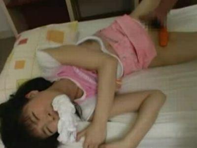 寝ている女の子に夜這いして中出しレイプする鬼畜男
