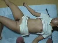 鬼畜注意!中●生の女の子を睡眠薬で失神させて中出しレ●プ後全身に小便ぶっかける・・・