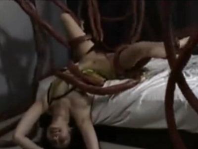 たくさんの触手に巻きつかれ、逃げられないお姉さんがマ●コを責められて悶える