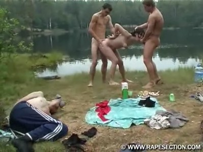 【海外・無修正】カップルのラブラブピクニック中を強襲