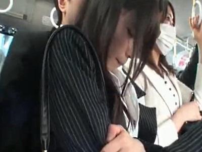 混雑したバスの車内でハメられて脚にぶっかけられる美人OL