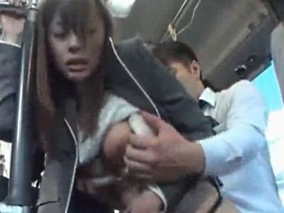 通勤で使っているバスの車内にいた男からハメられてしまう美人OL