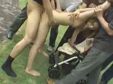 鬼畜すぎワロタwwwwベビーカーの赤ちゃんの前で人妻を野外中出しレイプwwwww