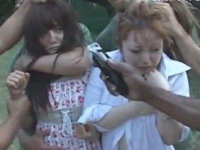 【鬼畜】軍人集団に捕まって輪姦レイプされてしまったギャル!なんと最後はバリカンで丸坊主に!
