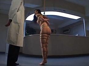 口の中に大量の包帯を突っ込まれて病院で鞭打ちされる女www