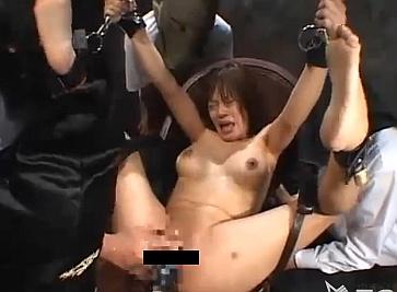 【閲覧注意】まんぐり返し状態で拘束されて激しい拷問を受ける美少女wwwww