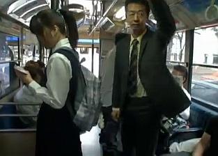 スカートが膝下まである真面目系ポニーテールロリ巨乳女子校生がバスでリーマンにレイプされちゃうwwww