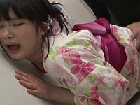 町内会の手作りうちわ教室に来てた少女の浴衣の裾をまくり上げチンポをぶち込むレ●プ魔