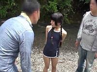 川で遊んでいた三つ編み少女が2人組のおじさんにレ●プされてしまう!