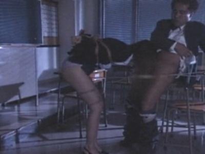 夜の教室で体を縛られ、変態男のチ●コをしゃぶらされる女教師