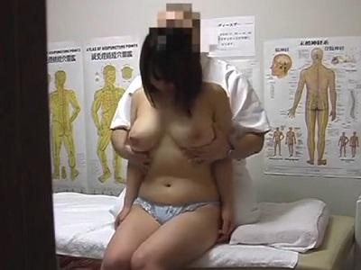 整体師におっぱい揉まれたり手マンされたりレイプされる巨乳女性