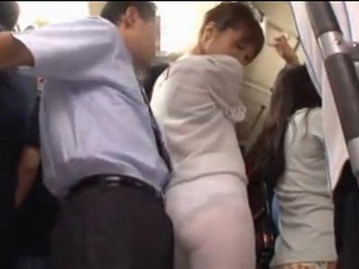 電車で透け透けレギンスを履いてパンティとムチ尻を強調させてる女がいたらレイプされても仕方ないよね!