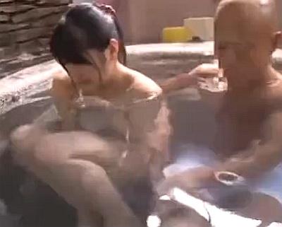 一人旅の超可愛いポニーテール女子大生が男湯に連れ込まれて見られながら中出しレイプされちゃうwwww