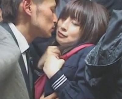 満員電車でクソ可愛い女子校生にキスしてそのままフェラさせたったwwwww