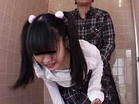 公衆トイレでおしっこしていた少女にチ○ポねじ込んで犯して鬼畜にも膣内射精!
