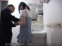 嫁の連れ子目当てで再婚したおっさんが小×生を初日から性奴隷に!逃げ場無くただ犯される!