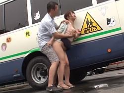 保育園に子供を送り届けた後に・・・園児バスの物陰で犯されることがクセになってしまった人妻